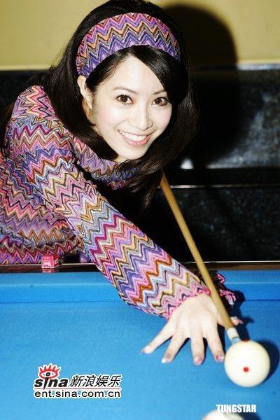 组图:徐怀钰身着连身裙躺卧台球桌拍照怕走光