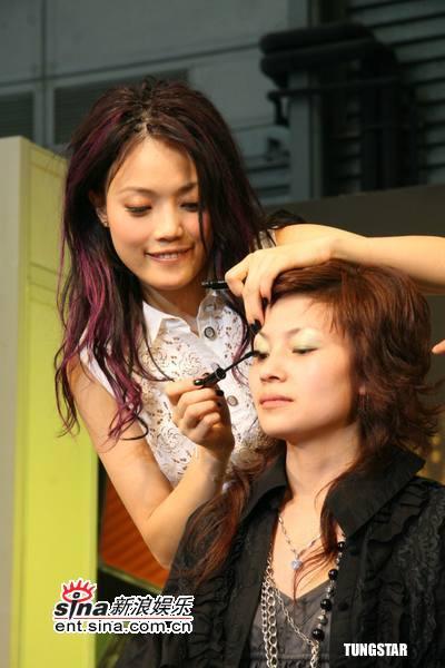 组图:容祖儿上海代言彩妆变身化妆师亲自示范