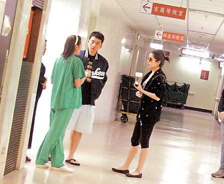 萧亚轩煎熬8小时护母切肿瘤:手术很成功(组图)