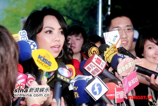 组图:张惠妹参加代言活动否认与篮球员交往