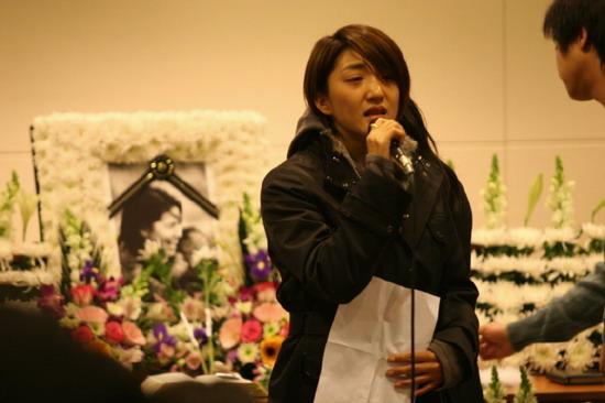 图文:李恩珠葬礼举行歌声让追悼会变成泪海(5)