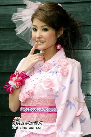 组图:朱孝天女友麻衣粉红和式短纱裙展亮玉腿