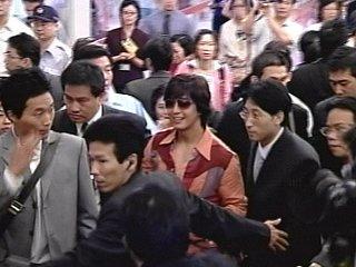 裴勇俊赴台粉丝疯狂媒体打架老婆婆被推倒(图)