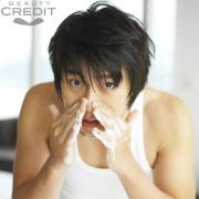 组图:韩新生代偶像玄彬拍摄广告百变可爱表情