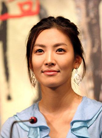 金素妍披昂贵婚纱为天婚纱设计模特(图)