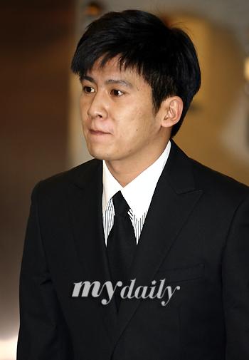 歌手洪京民吊唁郑多彬称无法接受自杀事实(图)