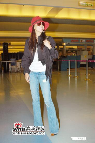组图:金喜善结束台湾行返韩机场戴红帽亮相