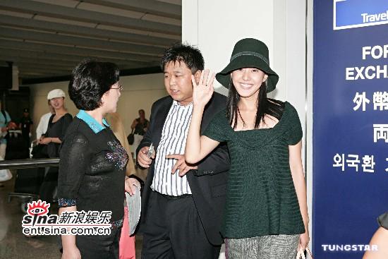 组图:人气天后朴恩惠赴香港青衫长发笑容迷人
