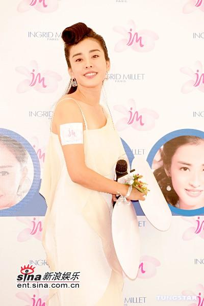 组图:朴恩惠代言护肤品白色长裙飘飘高贵典雅