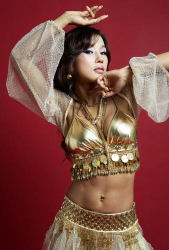 组图:韩星Mina写真妩媚迷人性感露脐电眼勾魂