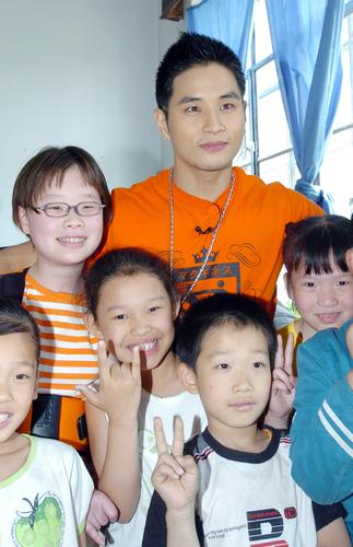 组图:韩星刘承俊沈阳献爱心与伤残儿童同乐