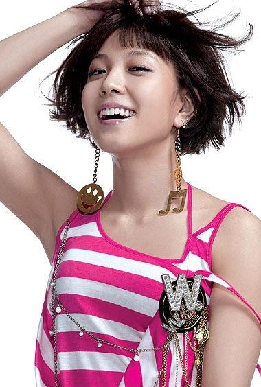 组图:韩星BoA出道近6年代言夏装展露两面风采