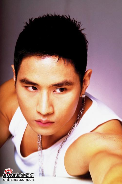 组图:刘承俊拍性感写真 露肌肉秀成熟男人魅力