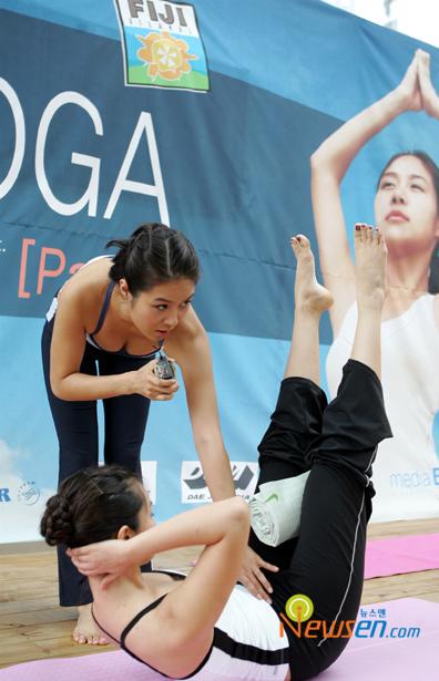 组图:玉珠贤出书述瑜伽心得示范动作压爆双乳