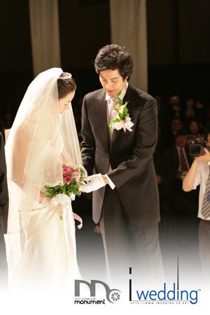 组图:柳镇举行盛大婚礼崔智友李孝莉等出席