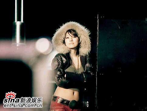 组图:韩星李孝利拍广告不惧严寒展示性感腹肌