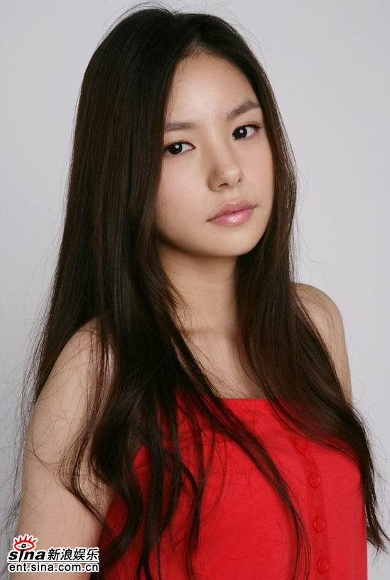 组图:韩国美少女闵孝琳写真 长发披肩清纯可人