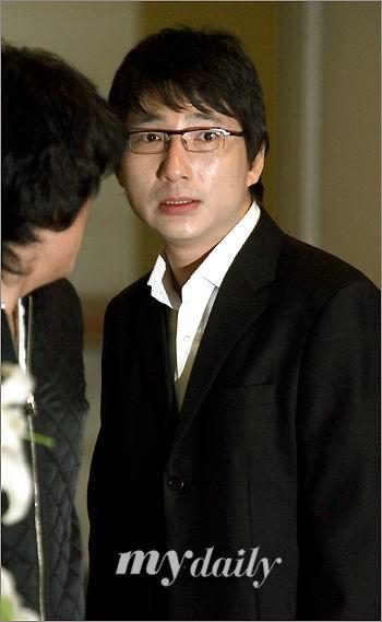 图文:韩国众艺人拜祭郑多彬--郑云泽满脸泪水