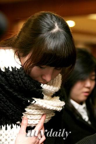 图文:韩国众艺人拜祭郑多彬--金正花低头落泪