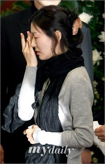 图文:韩国众艺人拜祭郑多彬--金素妍擦去泪水