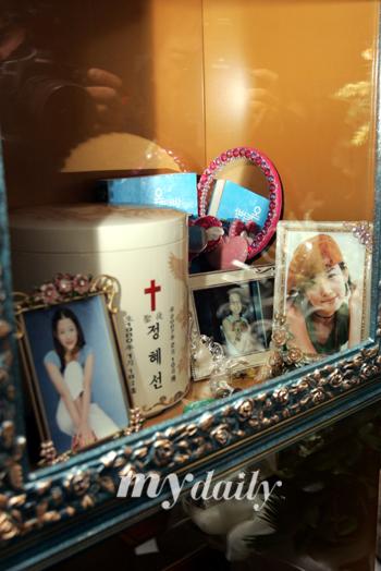 组图:郑多彬骨灰安置殡仪馆生前最爱物品相伴