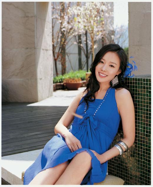 组图:韩星金雅中性感代言清凉夏装秀修长美腿