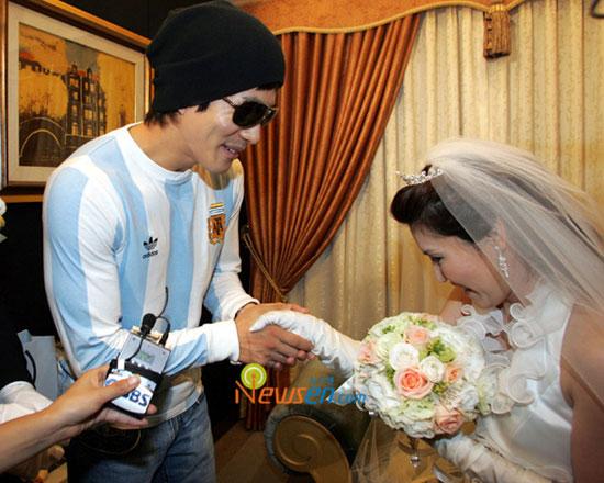 组图:韩国笑星金贤基完婚媒人权相宇送祝福