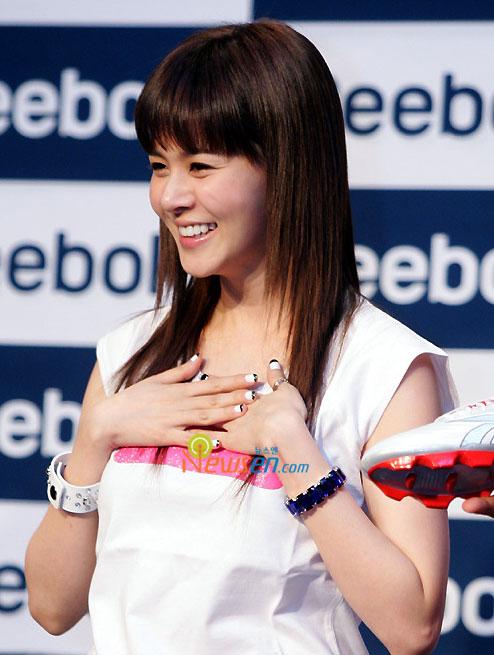 组图:球星亨利韩国记者会女星IVY甜美助阵