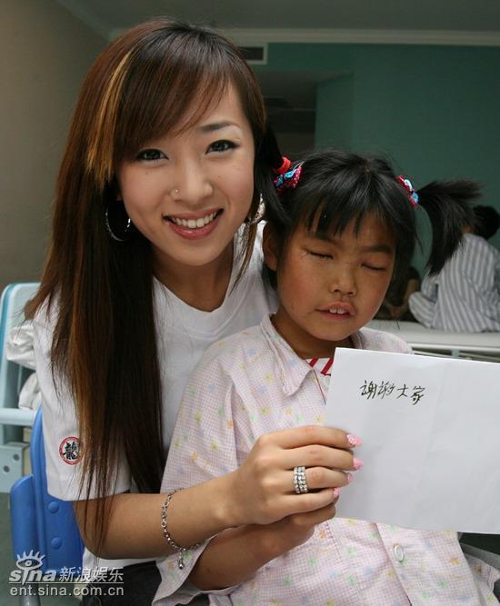 韩国媚眼天使SARA探望遭辱后被刺眼女孩(组图)