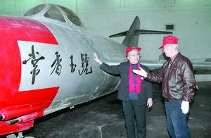 """1992年,常香玉(左)在中国航空博物馆参观""""常香玉号""""飞机.新华社发"""