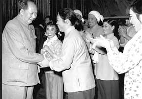 """1992年,常香玉(左)来到中国航空博物馆参观""""常香玉号""""飞机."""