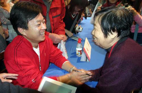 朱军红衣亮相谈《艺术人生》的煽情与不足(图)