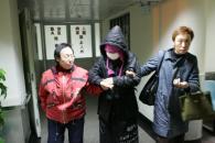 组图:周彦宏入院打点滴周妈妈称是肠胃问题