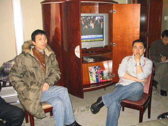 图文:众星积极为海啸灾区募捐-冯小刚和王中磊
