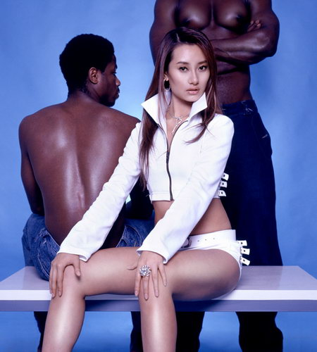 """组图:""""小天后""""爱戴造型百变与黑人猛男背靠背"""