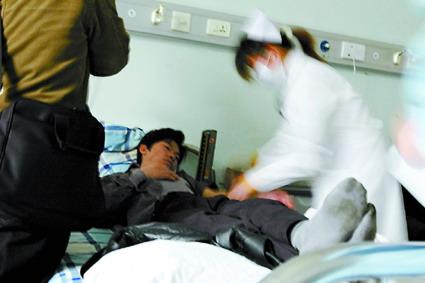 陈羽凡驾奔驰撞伤行人主动报警负全责(组图)