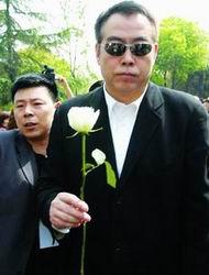 上海民众送别陈逸飞陈凯歌夫妇等前往悼念(图)