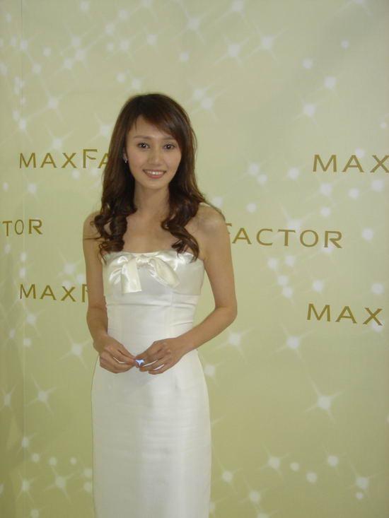 组图:袁泉一袭白色低胸长裙尽显高贵气质