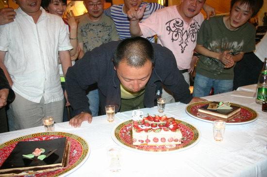 组图:王小帅戛纳庆祝生日谈感受句句不离电影