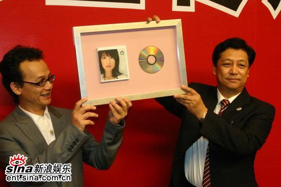 组图:赵薇出席关注爱滋病影响儿童项目启动仪式