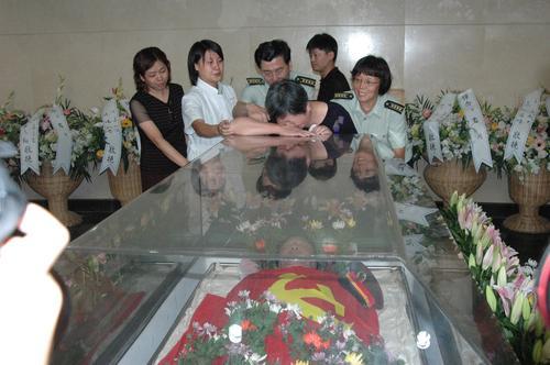 组图:古月遗体告别仪式举行