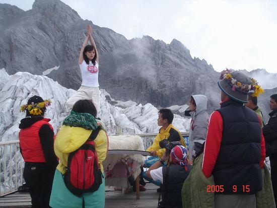 孙俪玉龙雪山上展示瑜珈凭毅力超水平发挥(图)