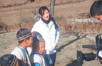 周迅泸沽湖客串老师骑上骏马去家访受欢迎(图)