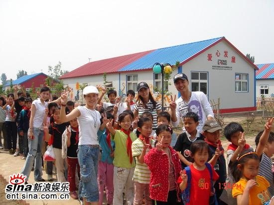 """张茜何佳怡李立和雨琳""""六一""""太阳村献爱心"""