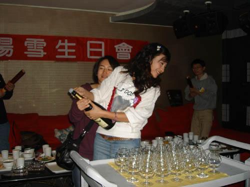 杨雪与全国影迷同庆生日小公主首亮嗓甜美可人