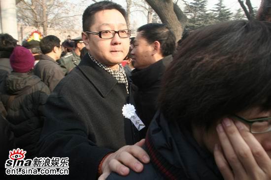 图文:马季追悼会上主持人张绍刚难掩内心悲痛