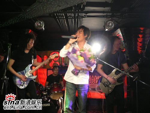 陈龙上海举办歌友会萧蔷带脚伤站满全场(组图)