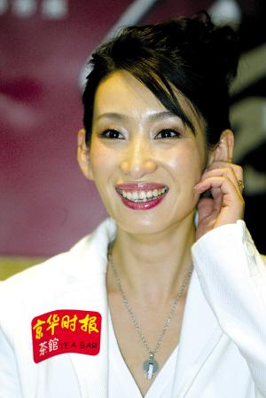 秦海璐出演的姐苦练手动挡坦言唱歌最赚钱(图)