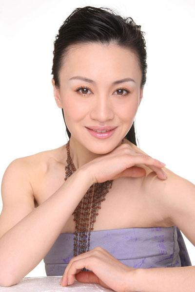 李菲再度上央视春晚与谢霆锋庾澄庆等合唱(图)