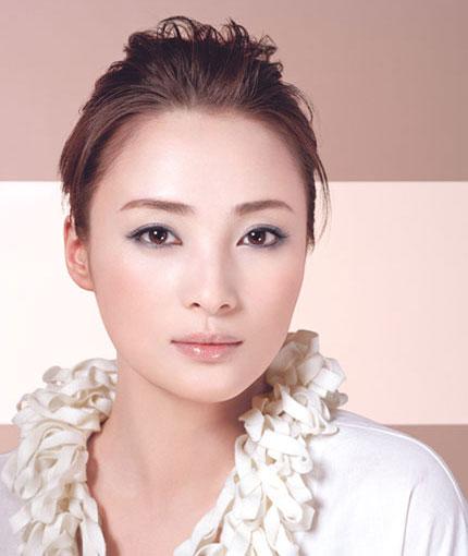 组图:蒋勤勤彩妆写真完美五官散发时尚魅力
